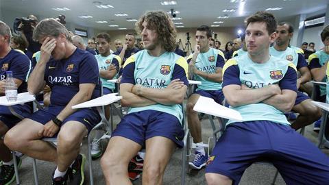 Carles Puyol (giữa)