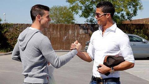 Gareth Bale và Cris Ronaldo bắt tay nhau