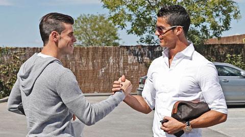 Cái bắt tay thân thiện giữa Ronaldo và Bale hứa hẹn một tương lai tốt đẹp cho Real Madrid