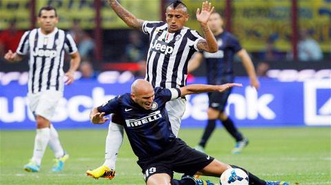Vidal (trên) ghi một bàn giúp Juventus giật lại 1 điểm từ tay Inter