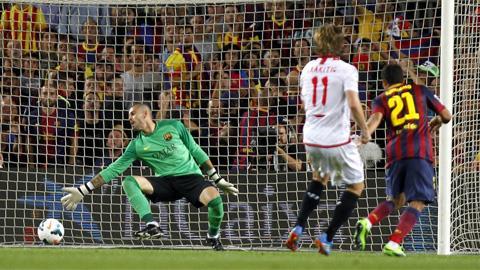Victor Vales (áo xanh) phải vào lưới nhặt bóng 4 lần sau 2 trận gần nhất của Barca