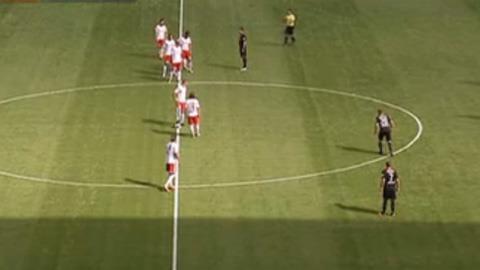 Các cầu thủ RB Leipzig lao sang phần sân của đối phương ngay khi giao bóng