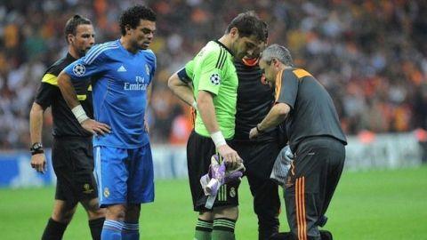 Casillas chỉ chơi được 15 phút trước khi phải rời sân vì chấn thương