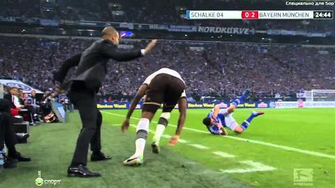 Guardiola vỗ mông Boateng ngay trên sân