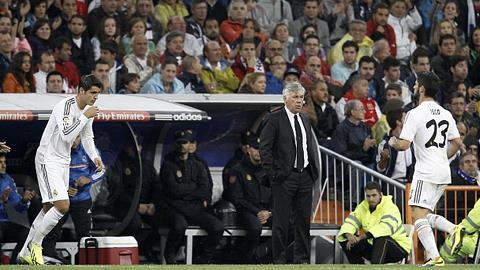 HLV Carlo Ancelotti (giữa) không hài lòng về màn trình diễn của các cầu thủ Real trong trận thua Atletico Madrid
