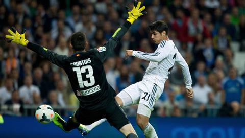 Morata (phải) trong trận đấu với Atletico Madrid