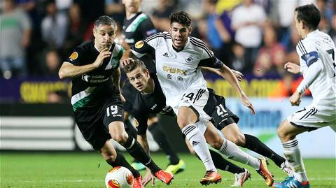 Swansea (trắng) đang bay cao ở Europa League