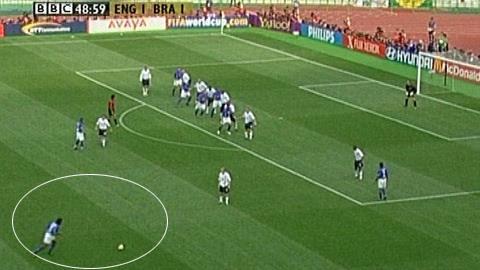 Tình huống Ronaldinho (Brazil) ghi bàn vào lưới ĐT Anh ở World Cup 2002