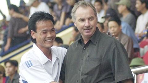 Cựu tuyển thủ Nguyễn Văn Dũng và HLV Alfred Riedl - Ảnh: Đức Cường