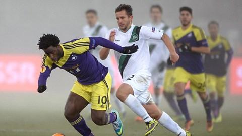 Swansea (áo vàng) may mắn không phải dừng cuộc chơi