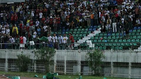 Các CĐV quá khích còn lật tung ghế để phi thẳng xuống sân.