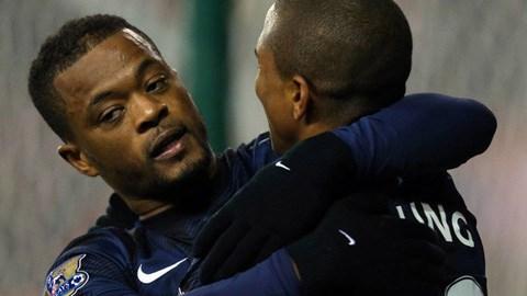 Evra có bàn thắng đầu tiên bằng chân phải cho M.U