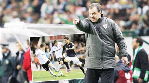 Trước khi HLV Bielsa xuất hiện, các cầu thủ Valencia (áo trắng) cần phải tự nỗ lực để cứu mình
