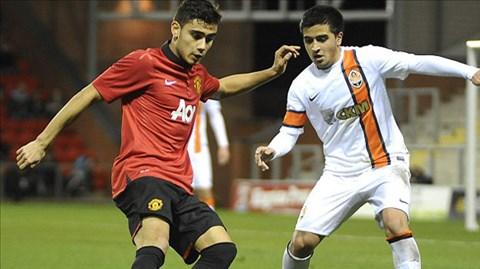 Pereira (trái) trong trận gặp Shakhtar tại giải trẻ châu Âu