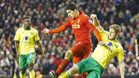 Đang có phong độ cao, Suarez (áo đỏ) sẽ lại lập công giúp Liverpool lên ngôi đầu bảng
