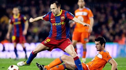 Dù lực lượng sứt mẻ nghiêm trọng, nhưng Barca (trái) vẫn rất đáng gờm