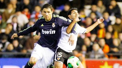 Khi Valencia (áo trắng) gặp khủng hoảng, Ronaldo và đồng đội sẽ có một chiến thắng dễ dàng