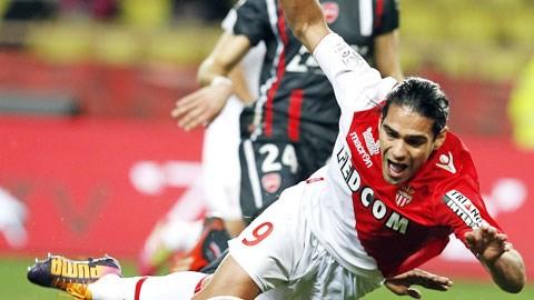Falcao và đồng đội gục ngã ngay trên sân nhà trước Valenciennes