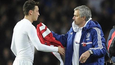 Mesut Oezil (trái) từng là học trò của Mourinho ở Real