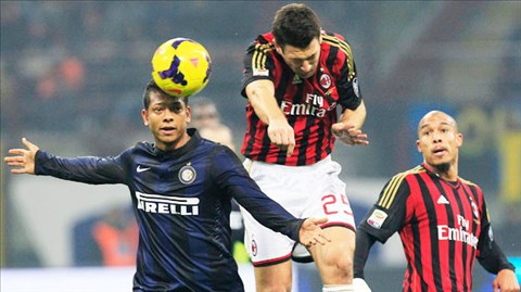 Guarin (trái) là cầu thủ chơi hay nhất trong trận derby Milan