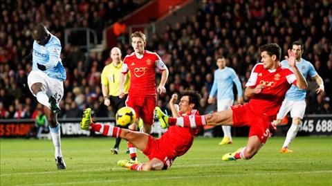 Man City (áo xanh) đang có mùa giải bùng nổ với 51 bàn thắng chỉ sau 17 vòng đấu