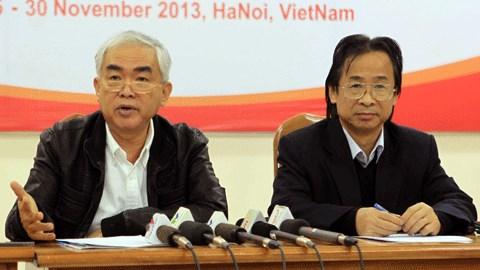Quyền chủ tịch VFF Lê Hùng Dũng (trái) và phó chủ tịch VFF Nguyễn Lân Trung tại buổi trao đổi với báo chí - Ảnh: Phan Tùng
