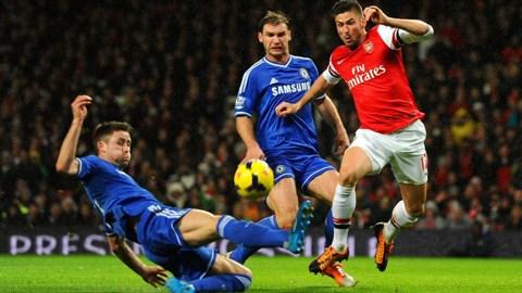 Arsenal (phải) vừa để Chelsea cầm chân ngay trên sân nhà