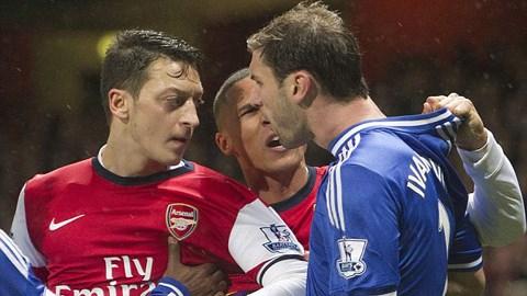 Mesut Oezil (Arsenal) và Ivanovic (Chelsea)