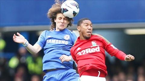 Swansea (phải) khó có điểm rời Stamford Bridge khi lực lượng bị sứt mẻ