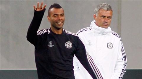 Lịch thi đấu dày đặc buộc HLV Mourinho phải sử dụng Ashley Cole