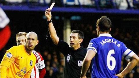 Thủ môn Howard dính thẻ đó, Everton thua trận