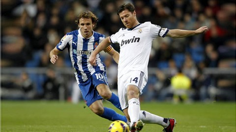 Chủ tịch Perez (ảnh dưới) vẫn rất dửng dưng dù Alonso (phải)sắp tự do rời Real Madrid
