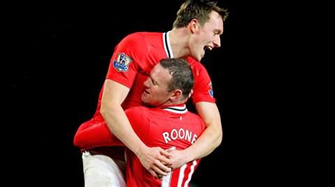 Rooney và Jones đang chơi rất xuất sắc để kéo đoàn tàu Man United tiến lên