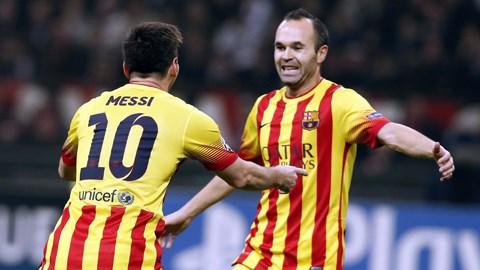 Iniesta (phải) lên tiếng ủng hộ Messi