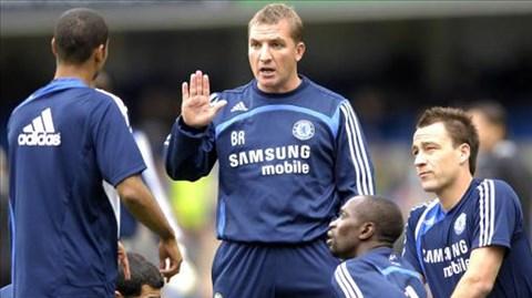 Brendan Rodgers (giữa) đang rất thành công ở Liverpool