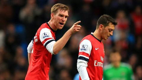 Mertesacker đã to tiếng với Oezil trong trận Arsenal thua Man City 3-6 tại Eithad