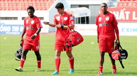 Antonio (bìa phải) đã ghi hơn 90 bàn tại V-League nhưng nay cũng không thể trụ lại giải đấu