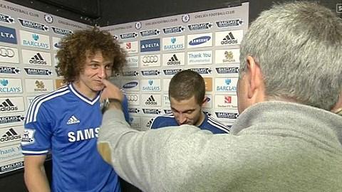 HLV Mourinho cắt ngang cuộc trả lời phỏng vấn của David Luiz