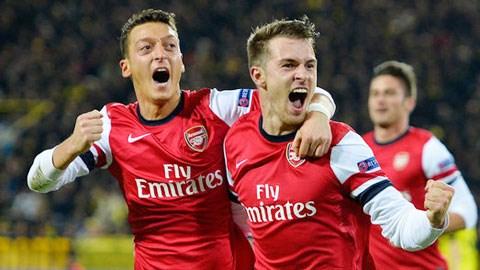 Tân binh Oezil (trái) góp công lớn giúp Arsenal vô địch lượt đi