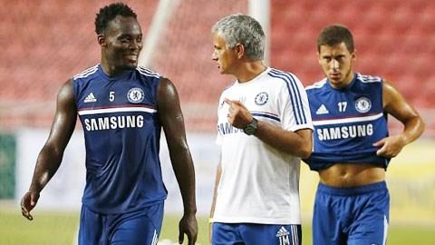 Tiền vệ Essien (trái) không còn phù hợp với chiến thuật của HLV Mourinho