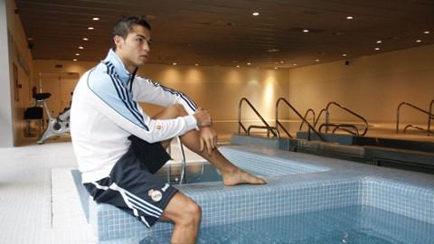 Ronaldo rất thích bơi lội