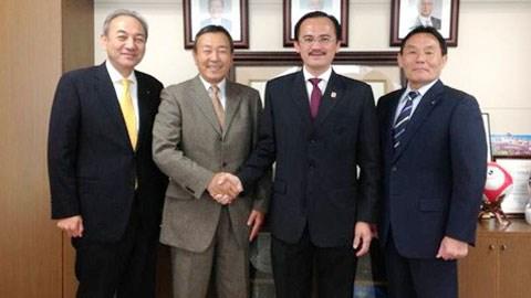 Chủ tịch VPF Võ Quốc Thắng (thứ hai từ phải sang) bắt tay ông Tanaka Koji