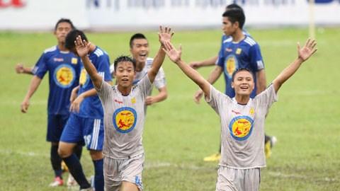 Tiền vệ trẻ Nguyễn Quang Hải (bìa phải) của HN.T&T sẽ có dịp thi thố tài năng ở sân chơi V-League - Ảnh: Đức Cường