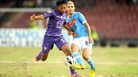 Cả Napoli (phải) và Fiorentina đều muốn dồn sức cho Serie A