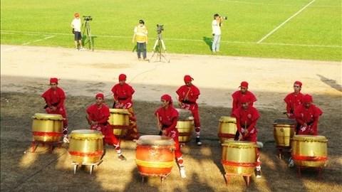 Dàn trống trận tưng bừng mở màn cho trận Đồng Nai - Than Quảng Ninh trên sân Đồng Nai. Ảnh: Đỗ Tuấn