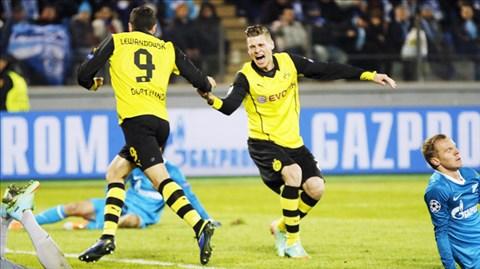 Piszczek chia vui cùng Lewandowski sau khi anh này ghi bàn ấn định chiến thắng 4-2 cho Dortmund