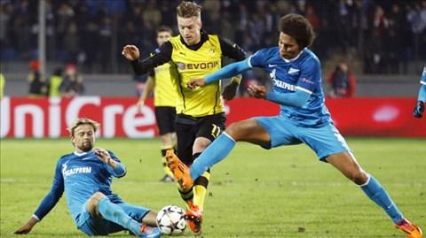 Reus (giữa) tả xung hữu đột trong vòng vây các cầu thủ Zenit