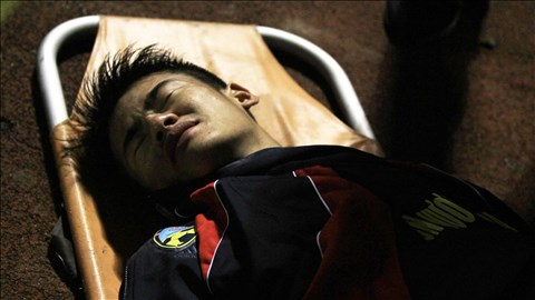 Hậu vệ Anh Hùng đau đớn rời sân bằng cáng để đi thẳng vào bệnh viện. Ảnh: Minh Tuấn