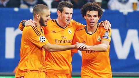 Cả Bale (giữa), Benzema (bìa trái) và Ronaldo (ảnh dưới) đều lập công trước Schalke