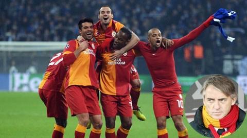 Nhờ giải phóng Sneijder, HLV Mancini (ảnh nhỏ) đã giúp Galatasaray cải thiện thế trận